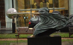 sculpture mère nature Lorenzo Quinn. statue-mere-nature-lorenzo-quinn-4